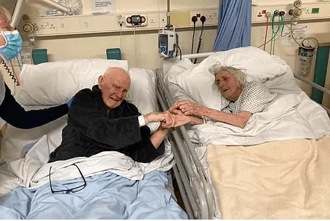 Una pareja de ancianos se despide en el hospital antes de morir por Covid-19 tras pasar 70 años juntos