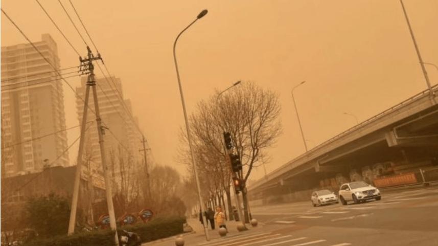 Pekín, asfixiada por la peor tormenta de arena en la última década