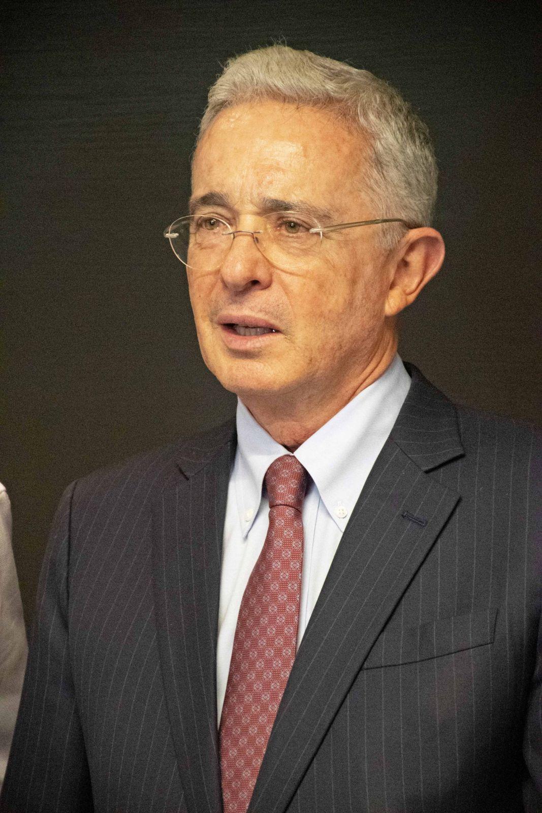 Libertad condicional después de 5 años de cárcel para miembros de Fuerzas Armadas, propone  Uribe