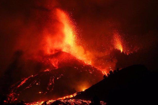 La lava arrasa un centenar de viviendas en La Palma y se fija un radio de exclusión de 2 kilómetros