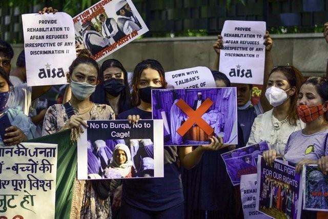 Mujeres afganas toman las calles de Kabul para reclamar su inclusión en el gobierno de los talibán